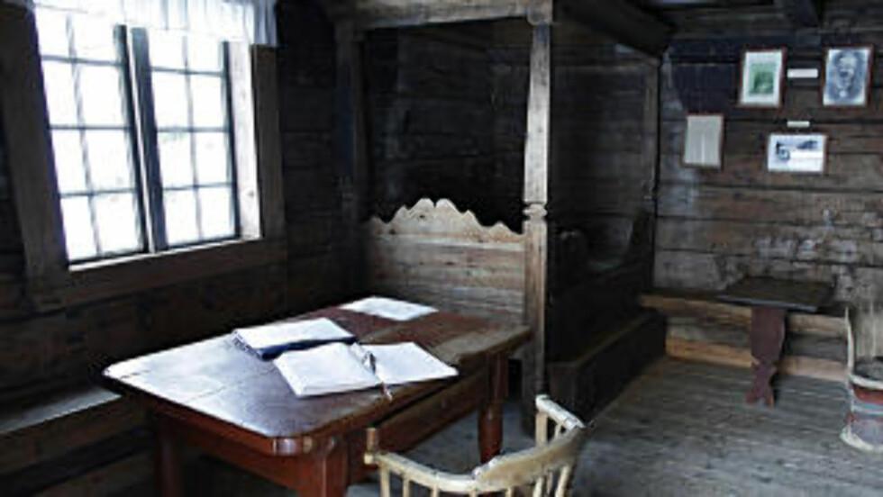 BARNDOMSHJEMMET: I denne  lille stua på husmannsplassen Øverbø vokste Sondre Norheim opp. Foto: OLE C. H. THOMASSEN