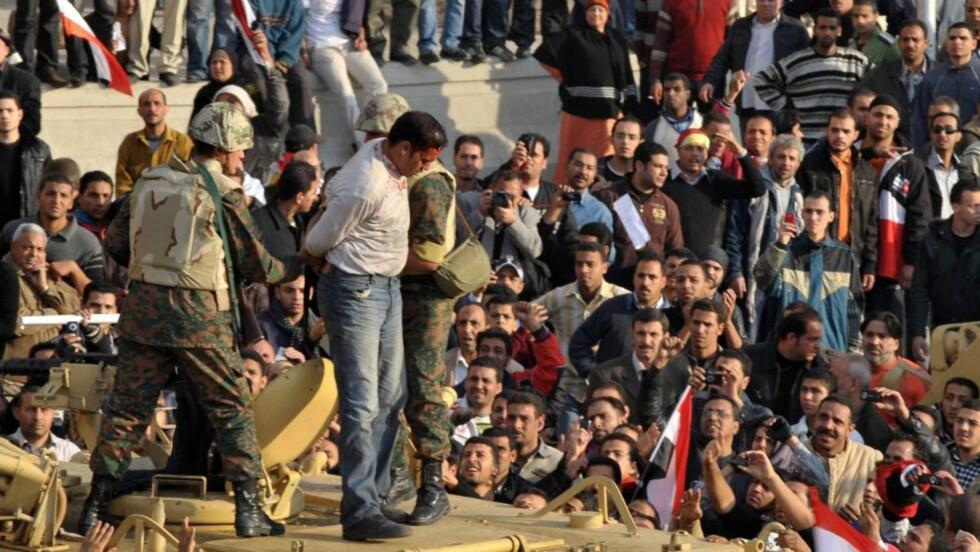 Flere angrepet: Den egyptiske fotografen Mohamed Omar fra pressebyrået EPA er tydelig skadet blir dratt opp på et pansret kjøretøy. også CNN-reporter Anderson Cooper og hans team ble angrepet av demonstranter i dag. 2011. EPA/ SCANPIX