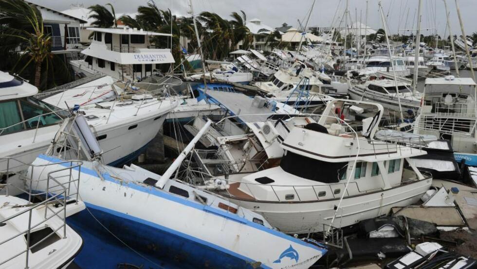 STORE ØDELEGGELSER: Skadde båter har blitt samlet til en haug i en båthavn i Cardwell, en av byene som er hardest rammet av syklonen Yasi. Foto: PA/SCANPIX