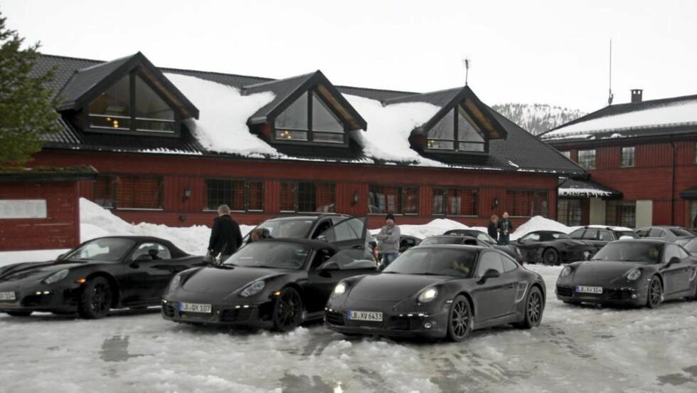 I NAMDALEN: Porsche-kolonnen, med en rekke maskerte 911- og Boxster-modeller, stoppet i Namdalen i Nord-Trøndelag. Foto: Finn Åge Forås