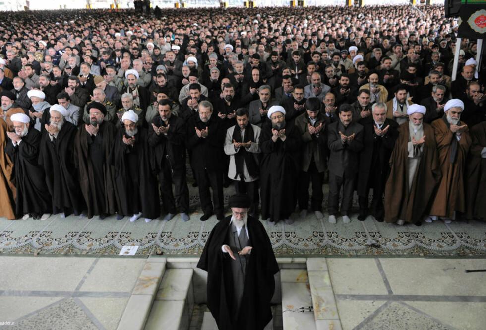 FREDAGSBØNN: Irans åndelige leder, ayatollah Ali Khamenei, ledet an i dagens fredagsbønn i Teheran. Han mener opprøret i Egypt er en del av en folkelig islamistisk frigjøringsbevegelse. Foto: Scanpix/Reuters/leader.ir