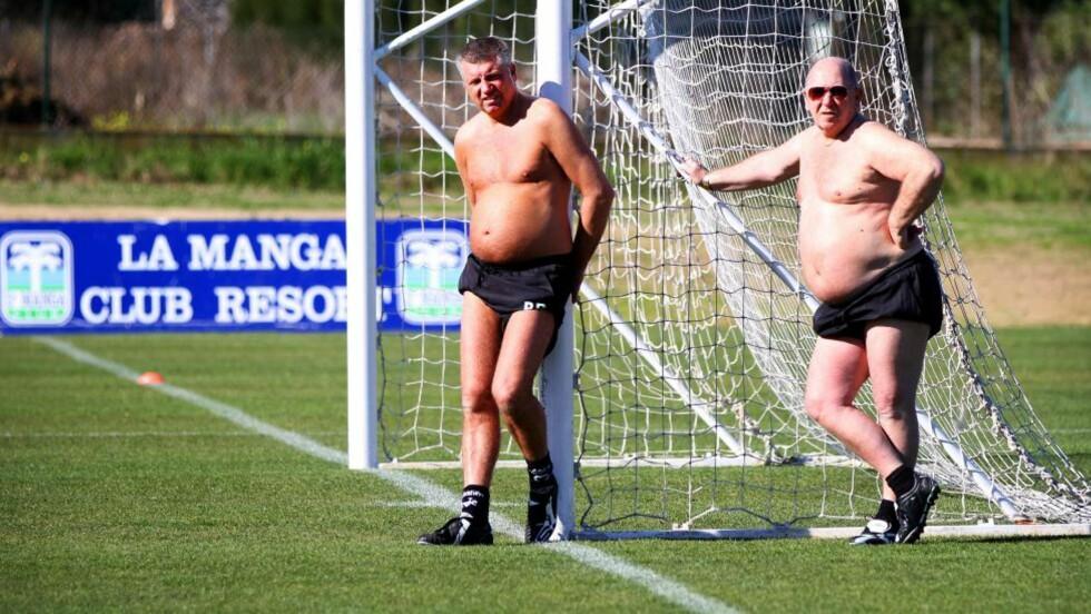 KOPIENE: Bjørn Rekdal og Gunnar Sørensen i AaFKs sportslige støtteapparat, støtter sjefen. Foto: Stig Vågnes/ Sunnmørsposten.