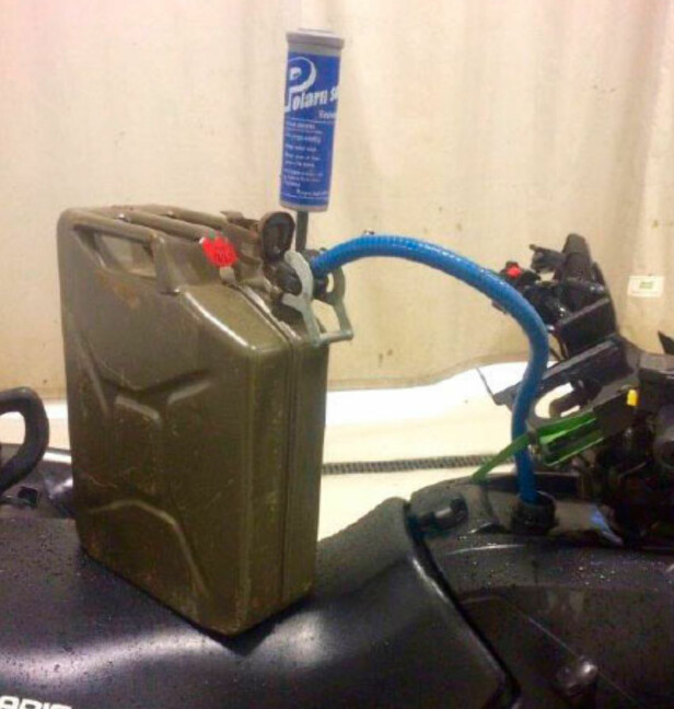 HÅNDPUMPE: Grenaderen hadde aldri brukt samme type håndpumpe som ATV-en var utstyrt med. Han klarte ikke å stanse bensinflyten før det var for seint. Foto: Forsvaret