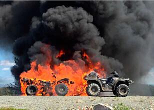 EKSPLOSIV: Brannen hadde en eksplosiv utvikling, og spredde seg til tre av kjøretøyene i løpet av sekunder. Foto: Forsvaret