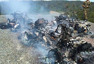 UTBRENT: Tre ATV-er og diverse utstyr som klær og mobiltelefoner gikk tapt i brannen. Bildet er tatt omlag 50 minutter etterpå. Foto: Forsvaret