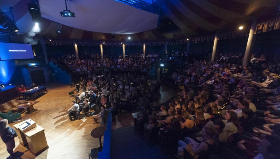 Hver lørdag: Studentersamfundets medlemsmøte er helt unikt i nasjonal sammenheng ved at det samler opp mot 500 studenter hver lørdag kveld, skriver Studentersamfundet i Trondheim. Foto: foto.samfundet.no