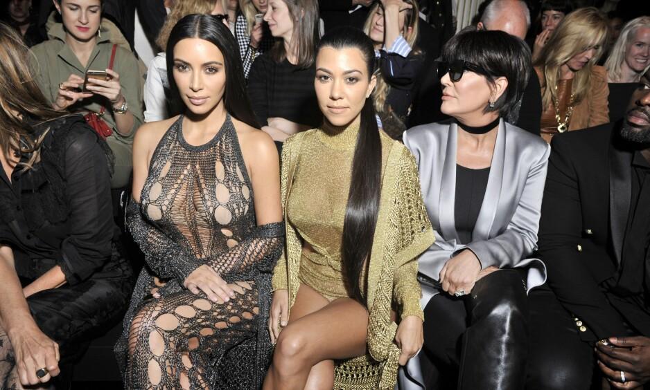 VÅGAL: Kim Kardashian hadde kveldens kanskje dristigste antrekk under Balmains moteshow under moteuka i Paris. Her sitter hun på første rad sammen med søsteren Kourtney (i midten) og mora Kris (t.h) Foto: NTB / Scanpix