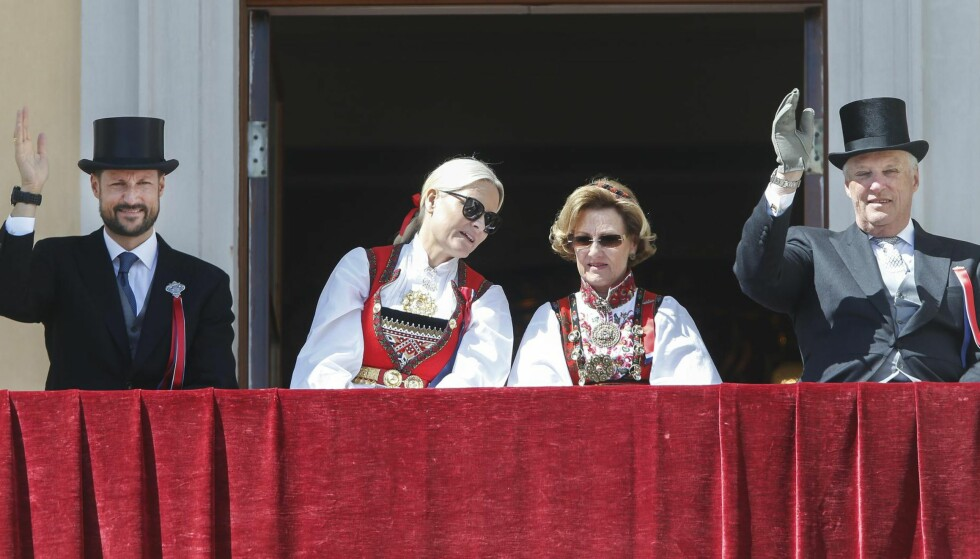 PENGER PÅ AVVEIE: Helt siden bevilgningene ble lagt om i 2002 har det stått klart og tydelig i statsbudsjettet at de kongeliges apanasjer skal betale for drift og vedlikehold av deres private eiendommer. Dagbladet har avdekket at kongehuset de siste 15 åra har latt hoffet dekke millioner av kroner i lønnsutgifter for slikt arbeid, i strid med de folkevalgtes vedtak. Her står kronprins Haakon, kronprinsesse Mette-Marit, dronning Sonja og kong Harald på slottsbalkongen 17. mai i år. Foto: Terje Pedersen / NTB scanpix