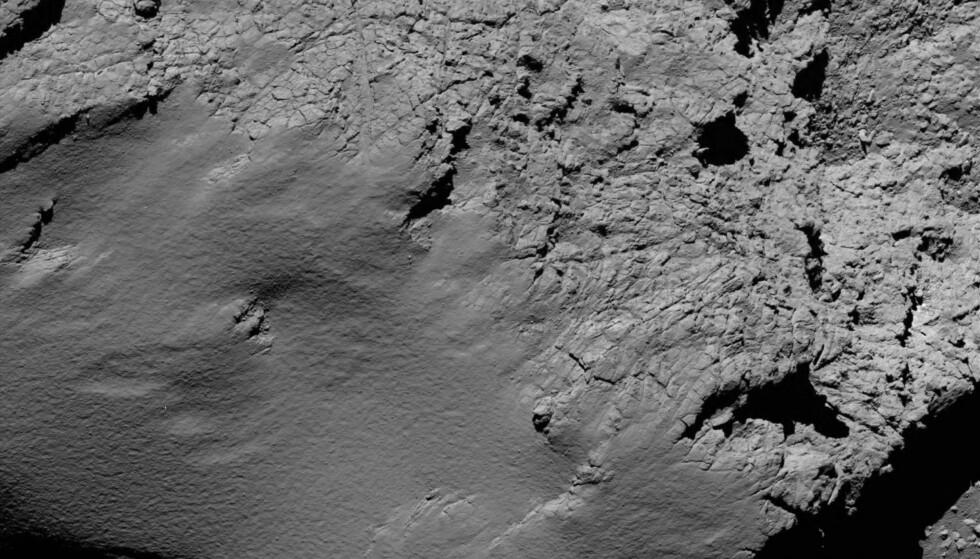 PÅ VEI NED: Disse bildene er tatt fra den europeiske romsonden Rosetta før den krasjlandet på den islagte kometen. Foto: ESA/AP
