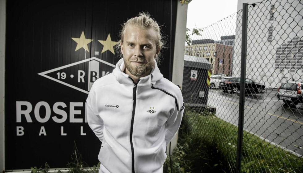 LIVET SMILER: Christian Gytkjær har hatt Lerkendal stadion som arbeidsplass i ni måneder. – Det var helt jævlig i starten, sier han. Til høyre på bildet: Odd Iversens vei. Foto: Hans Arne Vedlog