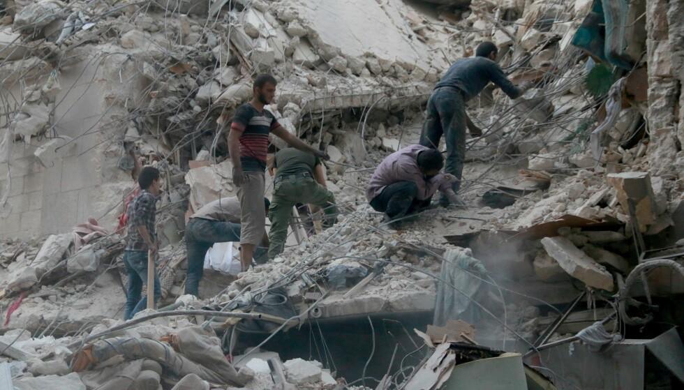 HARDT RAMMET: Et barn ser på ruinene i Aleppo den 24. september. Foto: NTB Scanpix