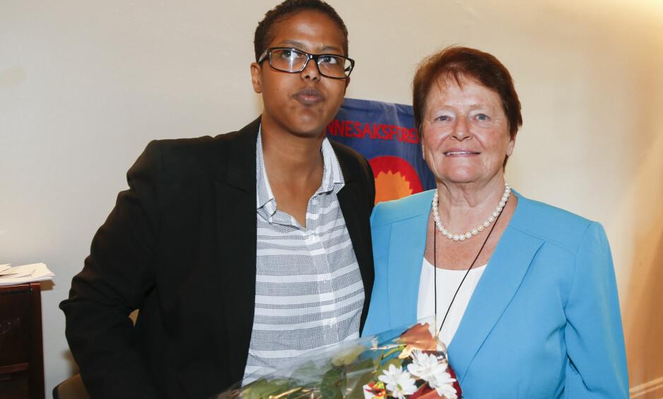MØTTE HELTEN: Amal Aden møtte tidligere statsminister Gro Harlem Brundtland da sistnevnte ble utnevnt til æresmedlem i Norsk Kvinnesaksforening i mai. Amal Aden ble tildelt Gina Krog-prisen samme dag. Terje Pedersen / NTB scanpix