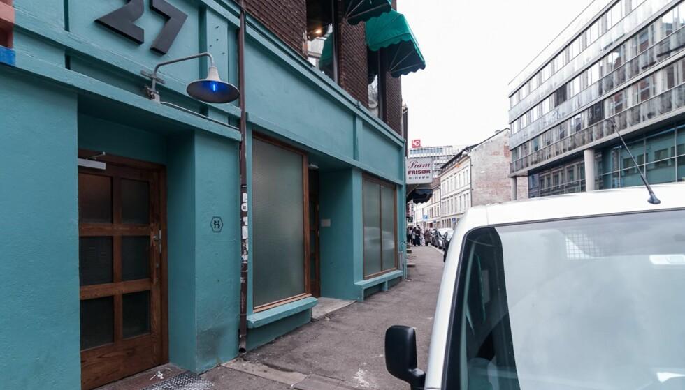 SMÅHEMMELIG: Du skal være godt informert for å vite at det bak denne døra i Youngsgate i Oslo skjuler seg en 700 kvadratmeter stor bar, nå på lista over verdens 50 beste barer. Foto: MICHAL ROHAL