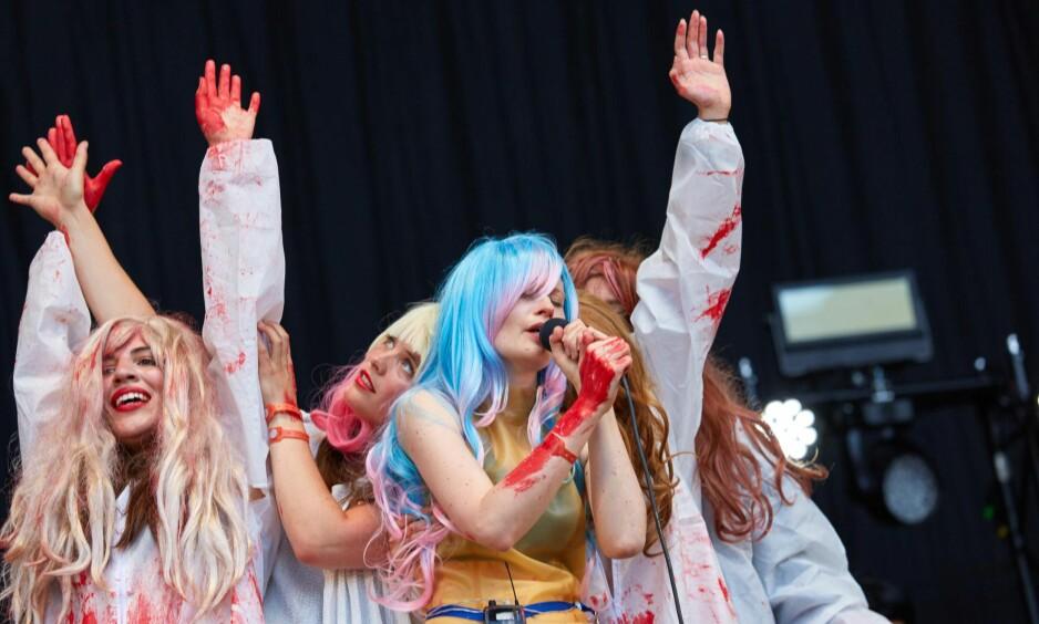 BLODIGE GREIER: Jenny Hval, med blå parykk, var en av headlinerne på Øya-festivalen i 2015. Foto: NTB Scanpix/Gonzales Photo/Stian Schløsser Møller.