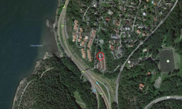 NÆR E18: Kidnappingen skjedde på en parkeringsplass i Herregårdsveien på Ljan, bare et steinkast fra E18. Grafikk: Politiet / Google Maps