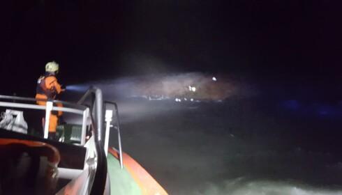 FANT MANNEN: Her lyser mannskapet på RS «Horn Rescue» opp odden der mannen ble funnet. Foto: Redningsselskapet