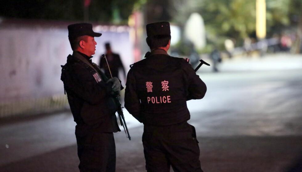 PÅGREPET: Kinesisk politi mener drapssaken nå er oppklar. Mannen ble pågrepet her, i provinshovedstaden Kunming, få timer etter at likene ble oppdaget i den lille fjellandsbyen. Foto: AFP PHOTO / NTB scanpix