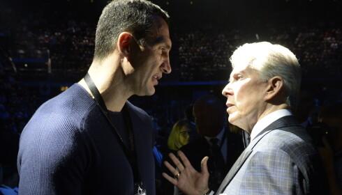 KLITSJKO OG BUFFER: Vladimir Klitsjko er på plass og snakker med den legendariske ringannonsøren Michael Buffer. Foto: John Terje Pedersen.