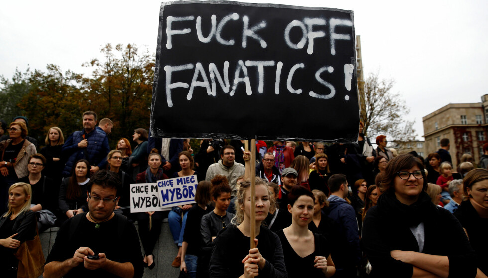 SVART PROTEST: Tusener har tatt til gatene i Polens hovedtad Warsawa for å demonstrere mot nye innstramninger i landets abortlover. Foto: REUTERS/Kacper Pempel/NTB scanpix
