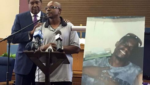 Joseph Manns bror, Robert talte i begravelsen. Bak han står familiens advokat John Burris. Til høyre i bildet ser du Joseph Mann. Foto: AP / Scanpix