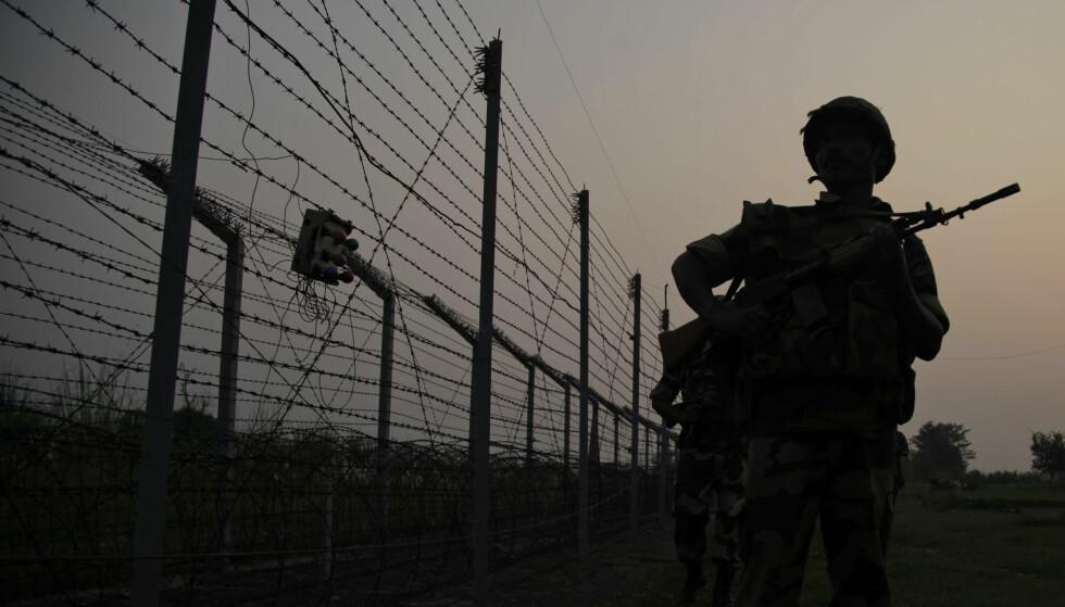 TREFNINGER: Bildet viser en indisk patrulje langs grenseposten Gakhrial i Akhnoor, 48 kilometers fra Jammu i India. Det har vært flere angrep fra begge kanter i Kashmir de siste dagene. Foto: AP/Channi Anand/NTB-Scanpix