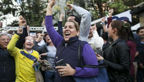 DELT BOGATA: ... mens andre jublet over folkets nei til fredsavtalen. Foto: AP Photo/Ariana Cubillos