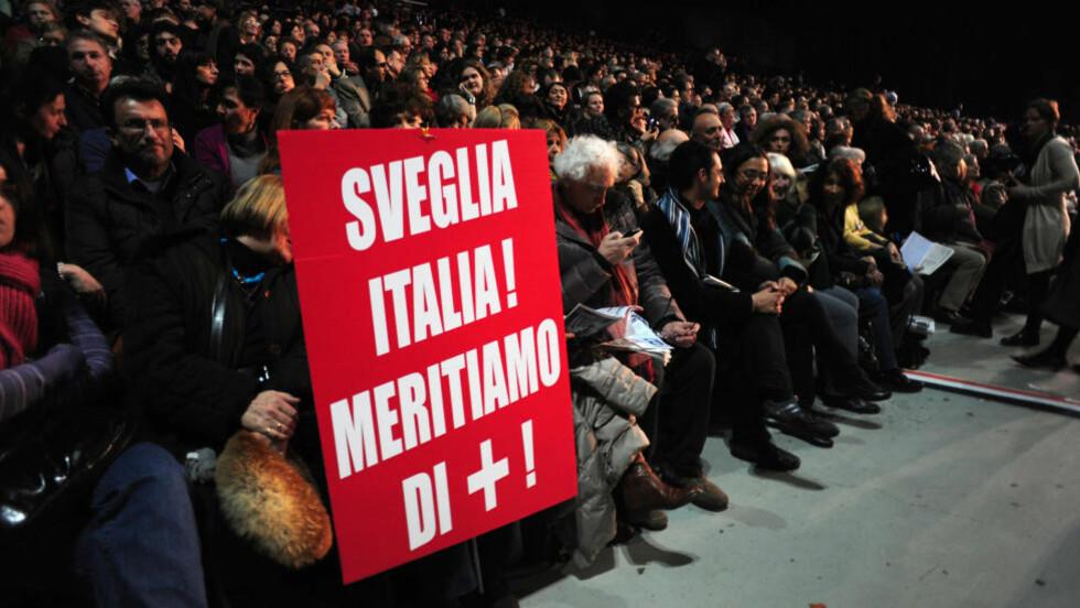 """PROTESTER MOT BERLUSCONI: «Våkn opp Italia, fortjener vi noe bedre"""",  står det på denne plakaten. Flere italienske forfattere og intellektuelle krever nå statsministerens avgang. Foto: Scanpix Silvio Berlusconi som de krever hans avgang. Foto: Scanpix"""