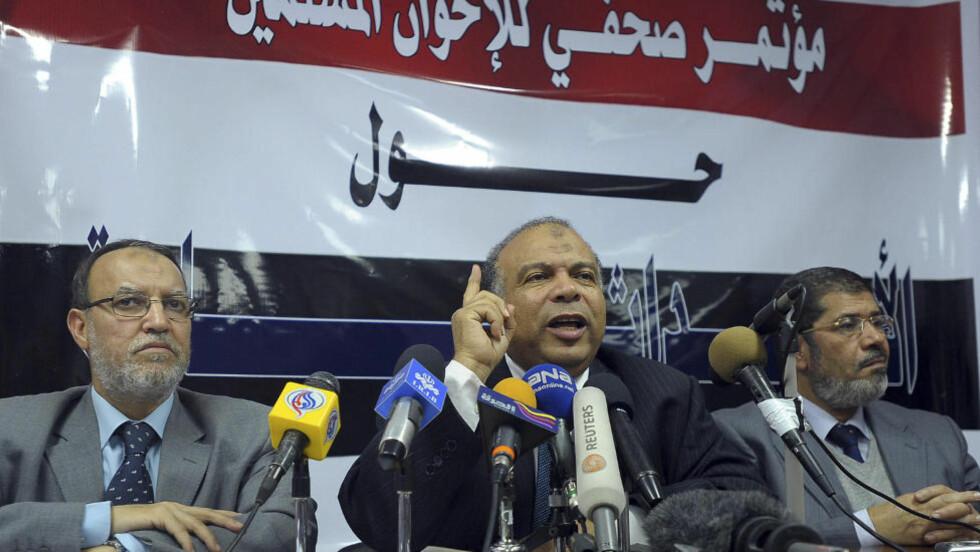 AKSEPTERER MUBARAK TIL SEPTEMBER: Det muslimske brorskaps ledelse, med Saad el-Katatni(i midten) i spissen, fortalte på en pressekonferanse i dag at de vil være med på samtalene med myndighetene og gjør det klart at de aksepterer ham til september. Foto: AP Photo/Abdel Hamid Eid/Scanpix