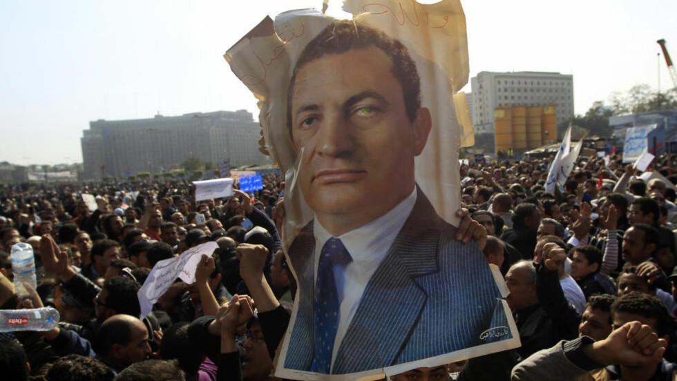 KLYNGER SEG TIL MAKTEN: Fem dager etter at dette bildet ble tatt på Tahrir-plassen i Kairo, vil president Hosni Mubarak ikke gi fra seg makta. I helga har USA utenriksminister Hillary Clinton kommet med uttalelser som kan tolkes som en støtte til Mubarak. Foto: REUTERS/Goran Tomasevic