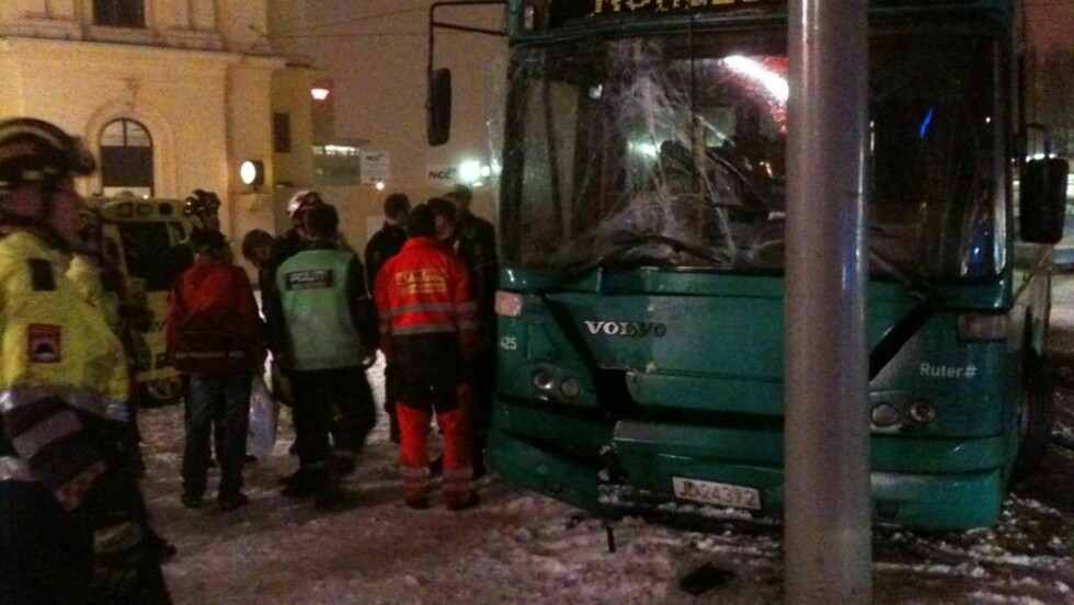 AMBULANSE PÅ PLASS: Ambulanse, politi og brannvesen var raskt på plass etter at en buss kjørte inn i en stolpe utenfor Østbanehallen i Oslo sentrum i kveld. Foto: Vegard Kvaale / Dagbladet
