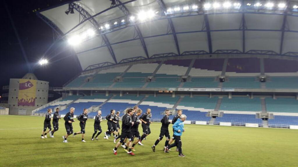 GENERALPRØVE: Norges landslag varmer opp på Estadio Algarve der de møter Polen til siste test før den viktige kvalikkampen mot Danmark i mars. Foto: Gorm Kallestad, Scanpix