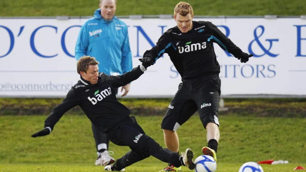«AGENTBROR»: John Arne Riise forteller at han har blitt kontaktet av de norske klubbene som er interessert i å hente Bjørn Helge Riise fra Fulham. Begge brødrene er imidlertid enige i at et utlån til en klubb i engelsk Championship (nest øverste divisjon) er best for lillebror. Foto: Erlend Aas, Scanpix