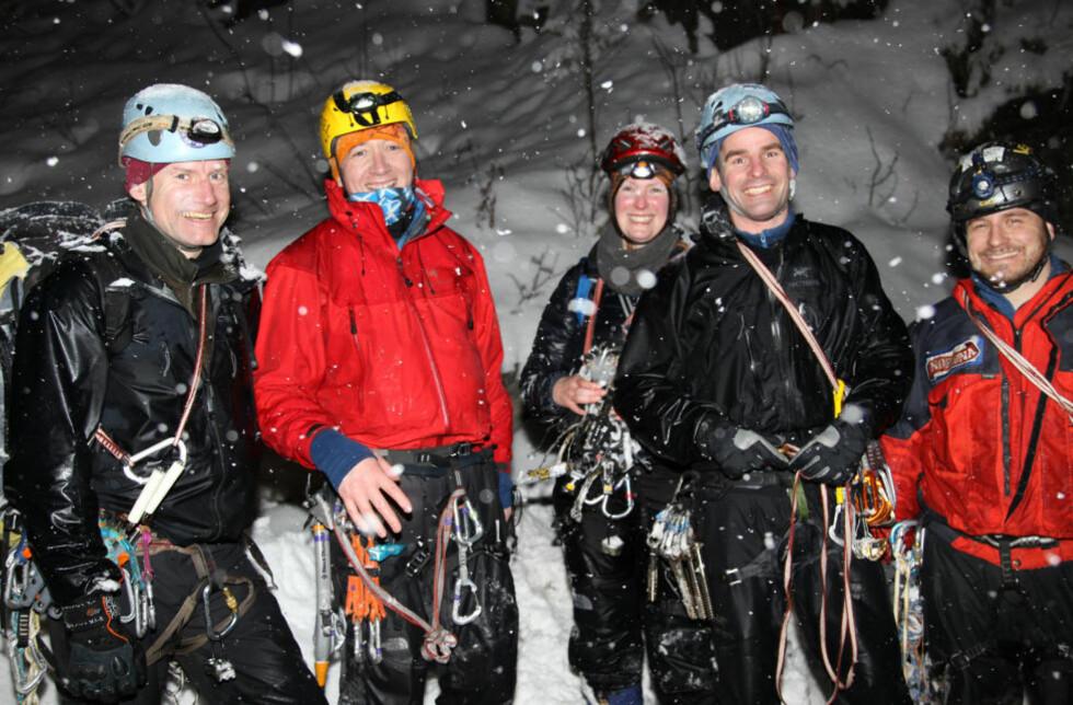 REDDET: Jon Haukåsveen (t.v) ledet redningsaksjonene av de to skotske isklatrerne (nr 2 og 3 f.v), sammen med Patrick Korendyjk og Haagen Skipper fra Langfjella Alpine Redningsgruppe. Foto: Jarle Andresen