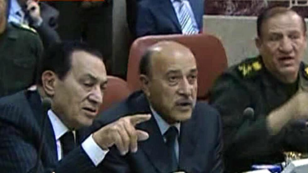 LOVER MER LØNN:  Hosni Mubarak lover lønnsøkning på 15 prosent for offentlig ansatte. Her sammen med sin visepresident Omar Suleiman. Foto: REUTERS/Egyptian State TV