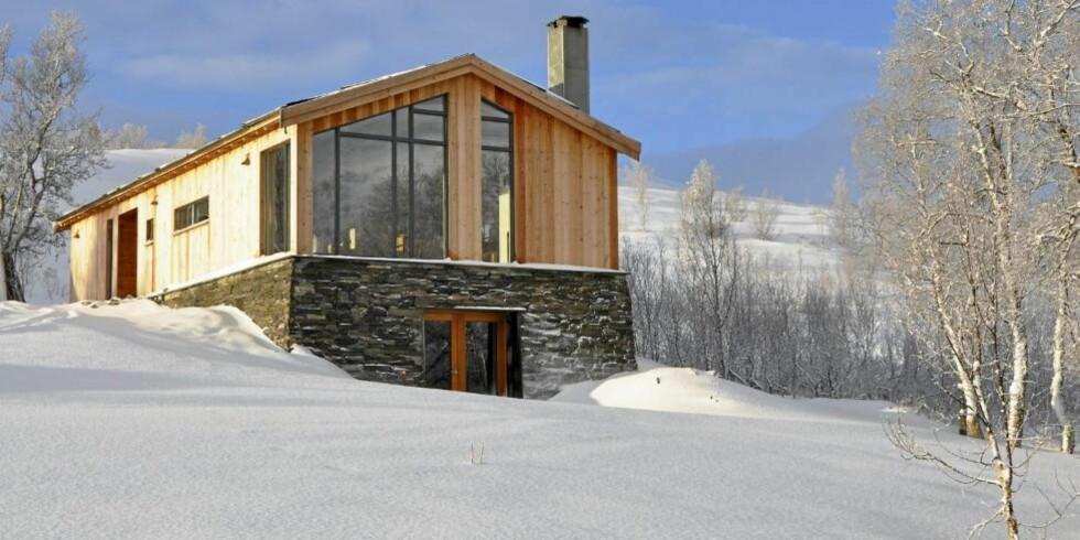 DRØMMEFJØSET: Siri og Ivar ønsket å ta vare på stedets historie da de bygde hytta på en tomt der det tidligere sto et gammelt fjøs. Den nye hytta har samme mål og bygningskropp som seterfjøsene hadde.  FOTO: Ivar Steen-Johnsen