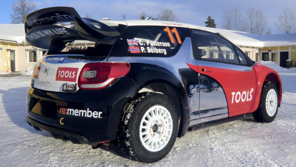 NYTT DESIGN: Kona til Petter Solberg står bak det røde og sorte. - Men kromfargen er min, sier Solberg. Foto: Petter Solberg World Rally Team / Scanpix