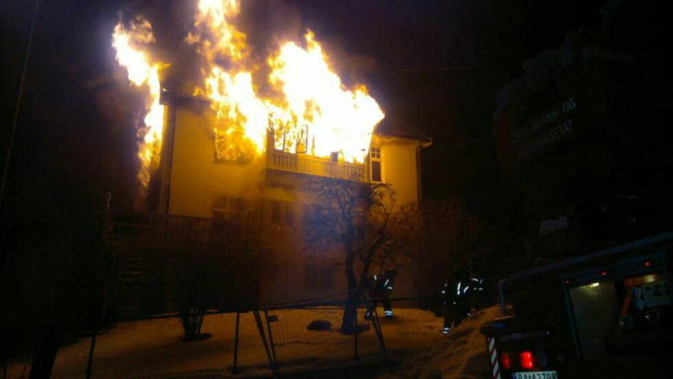 OVERTENT: Eneboligen er overtent, og ifølge vitner på stedet har ikke brannvesenet kontroll over flammene. Foto: Benjamin Bakken