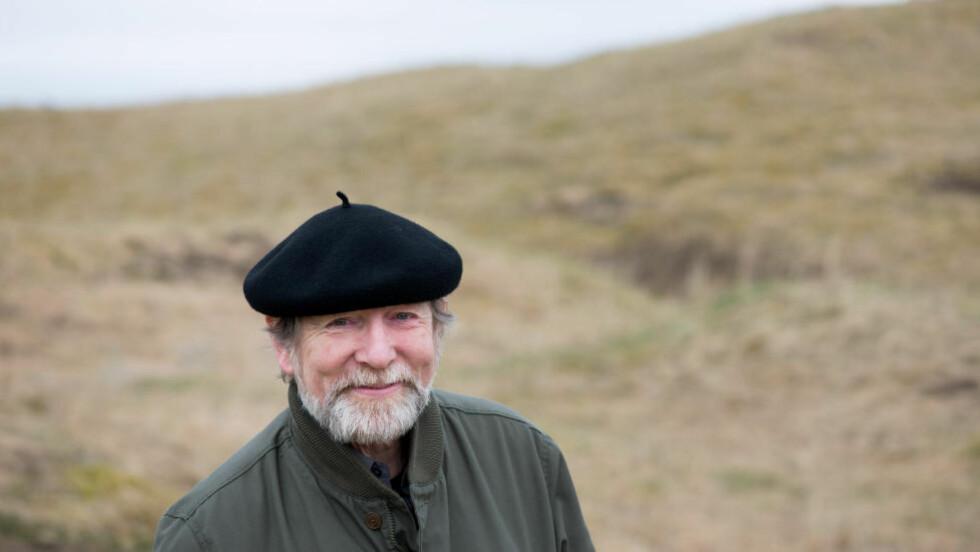 MANN FOR SIN HATT: Helge Torvund har vært diktlærer i Dagbladets Diktkammeret siden 2001 — og er Norges mest kjente Twitter-poet. Foto: Morten Brun