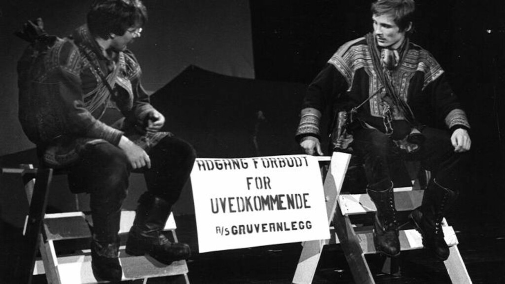 FOR 30 ÅR SIDEN: Igor Ántte Áilu Gaup (til høyre) har spilt i forestillingen «Våre Vidder» før. Her er han på scenen med Ammun Johnskareng (til venstre) i 1983. Forestillingen ble da satt opp for andre gang etter suksessen i 1981. Nå settes «Våre vidder» opp fore tredje gang, som Beaivvás sin jubileumsforestilling Foto: Per N. Haukeland