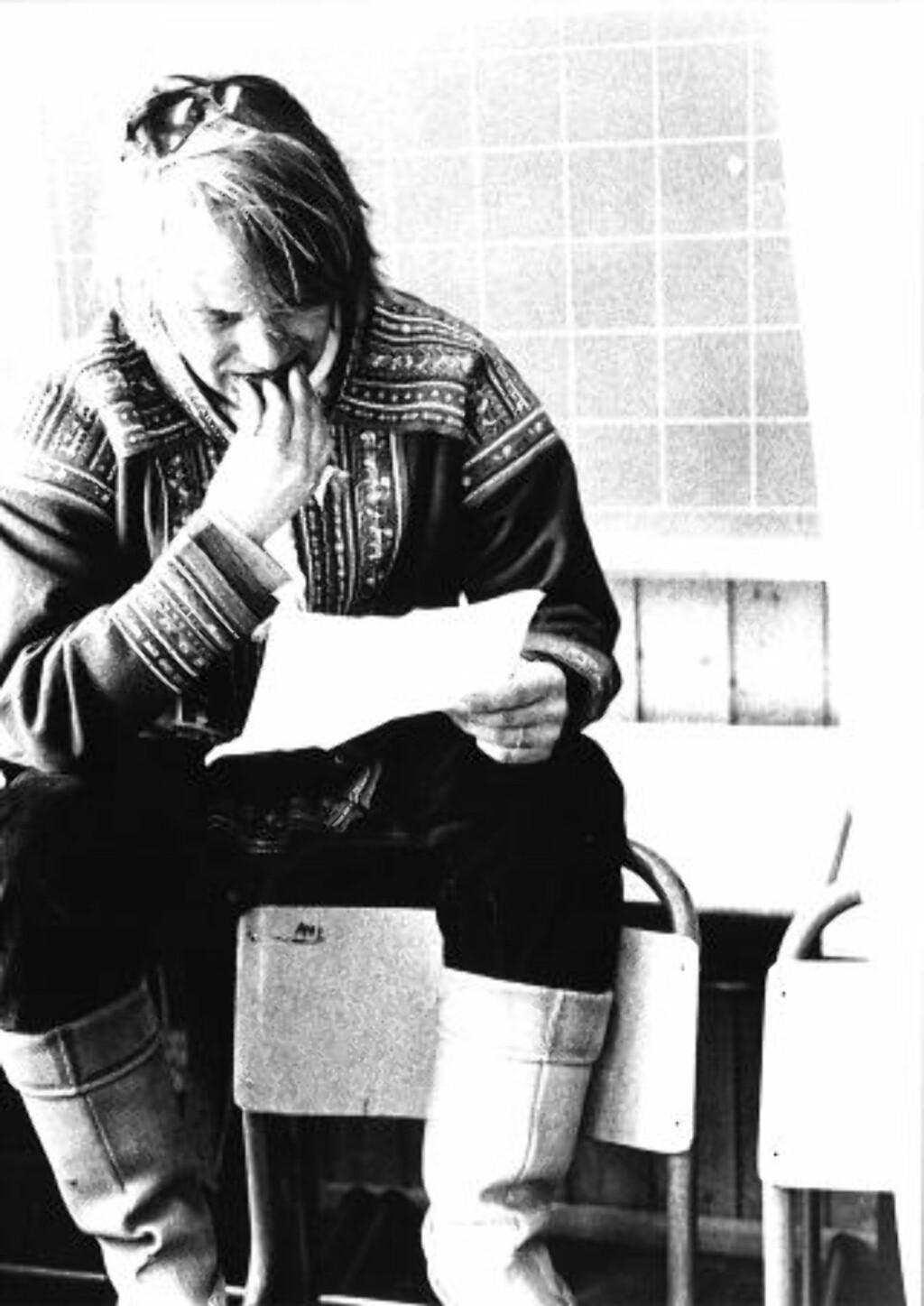 UNG KOREOGRAF:  Her leser Nils Gaup manuset til «Våre vidder» i 1981. Han var en av pådriverne til samenes eget teater. Foto: Klemet I. Hætta