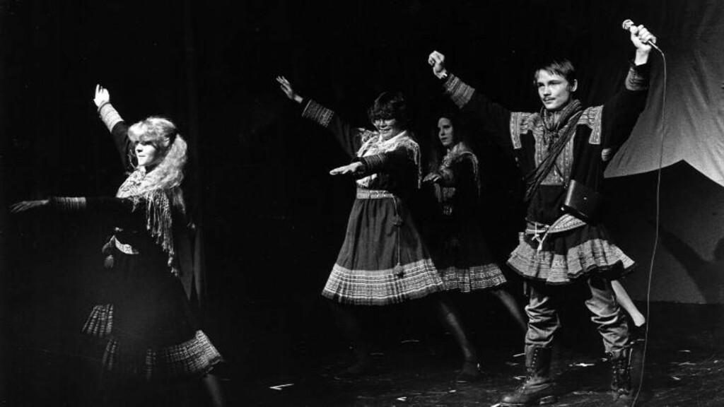 VIKTIG TEATER:   Helt til høyre står I?gor Ántte Áilu Gaup. Bildet er fra «Våre vidder»-forestillingen i 1983. Han var med da samenes eget teater ble opprettet, og er i dag en av Beaivvás faste skuespillere. Foto: Per N. Haukeland