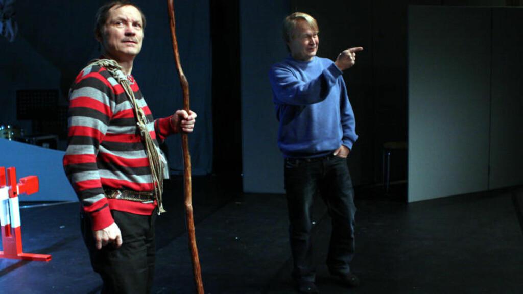 TILBAKE PÅ SCENEN:  Både I?gor Ántte Áilu Gaup og Nils Haup er blitt tretti år eldre siden sist. Her er de under forrige ukes prøver av jubileumsforestillingen «Våre vidder». Den har premiere 25 februar i Kautokeino, før teatret Beaivvá? legger ut på turne.  Foto: Mienna/Beaivvá?