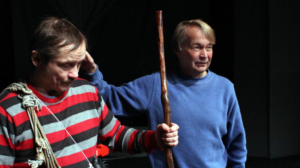 MØTES IGJEN:  I 1981 spilte skuespiller Igor Ántte Áilu Gaup i forestillingen «Våre vidder», mens Nils Gaup var koreograf. Nå møtes de i samme forestilling tretti år etter. Denne gangen har Nils Gaup regien.  Foto: Mienna/Beaivvás