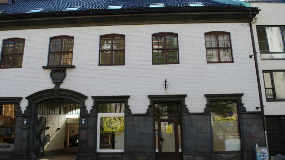 TIL SALGS: SOS Rasisme eier lokaler på gateplan i Kong Oscarsgate sentralt i Bergen. Eiendomsseksjonen har knapt steget i verdi siden SOS Rasisme kjøpte i 2009.  Foto:  Leif Stang / Dagbladet