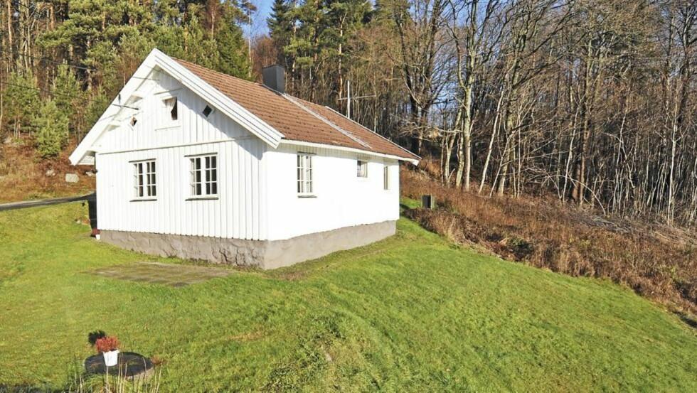 SJARMERENDE SMÅBRUK: Dette idylliske småbruket i Greåker er til salgs for 1,5 millioner, men det trenger oppgradering. Foto: Privatmegleren