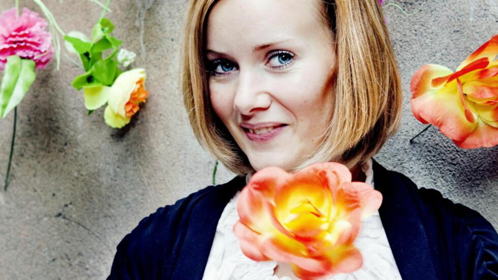 SKRIVER DIKT: Inger Lise Hansen skriver dikt om blomster og skyfri himmel. Til Universitas sier hun at diktskrivingen er en form for terapi. - De utrykker først og fremst følelser, dyptpløyende ting som handler om enten mine eller andres opplevelser. Jeg er helt klart mest produktiv når det er mest fortvilelse og skuffelse, sier hun. Foto: Elisabeth Sperre Alnes /Dagbladet