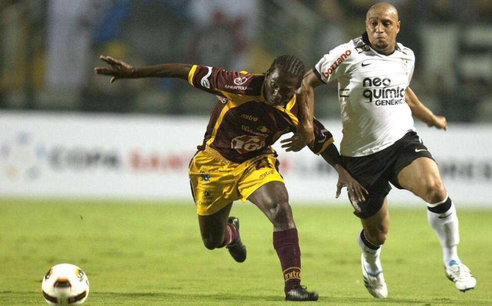GODTAR IKKE SKADEFORKLARING: Roberto Carlos (t.h) er blitt Corinthians-fansens syndebukk for Libertadores Cup-nederlaget, selv om han ikke på banenn da laget ble slått ut i returkampen. Foto: EPA/Sebastiao Moreira