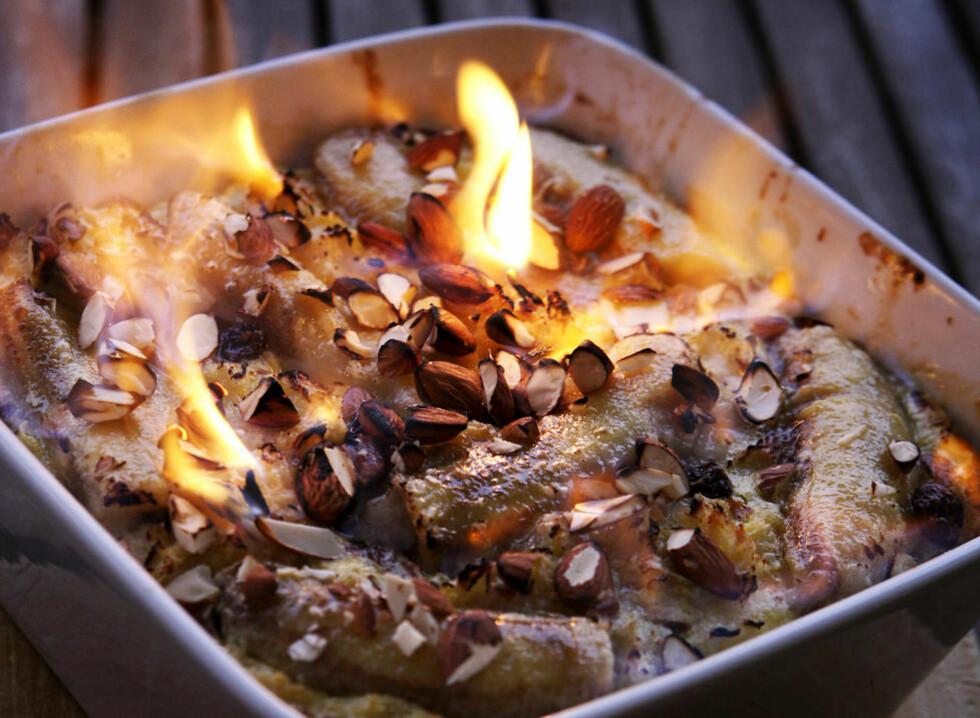I fyr og flamme: Restene på kjøkkenbenken blir gjenfødt med varme, ild og oppfinnsomhet. Tørt brød og brune bananer blir brødpudding med rom og rosiner. Foto: Mette Randem.