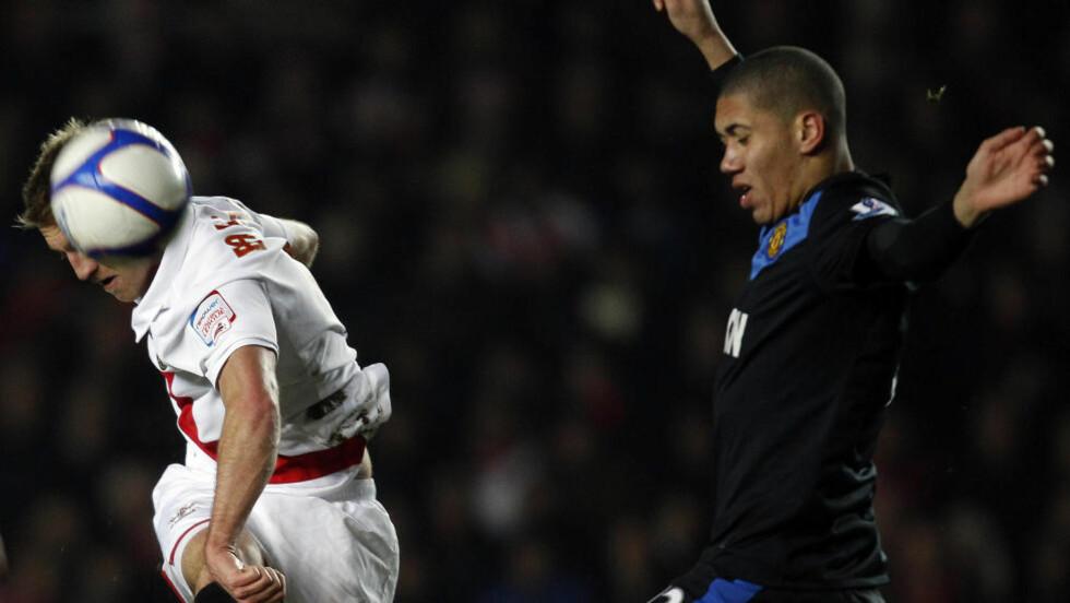 VIKAR: Chris Smalling sleit selv med skade forrige helg. Nå går den tidligere Fulham-stopperen rett inn på United-laget mot City, fordi både Rio Ferdinand og Jonny Evans er skadd. Foto: Scanpix/AP