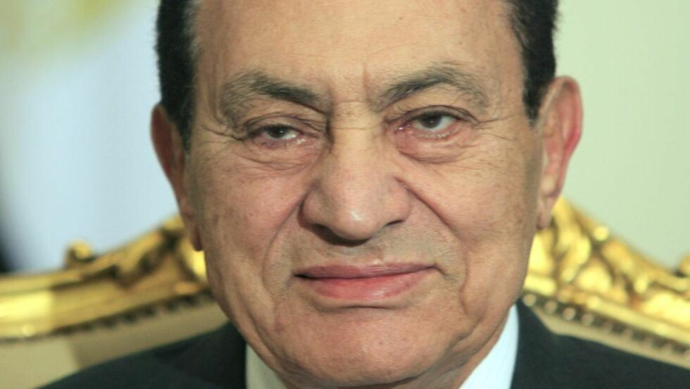 GA ETTER: Senest torsdag gjorde Hosni Mubarak det klart at han ikke hadde noen intensjon om å gå av som landets president. I dag gjorde han det. Foto: AP Photo/Amr Nabil